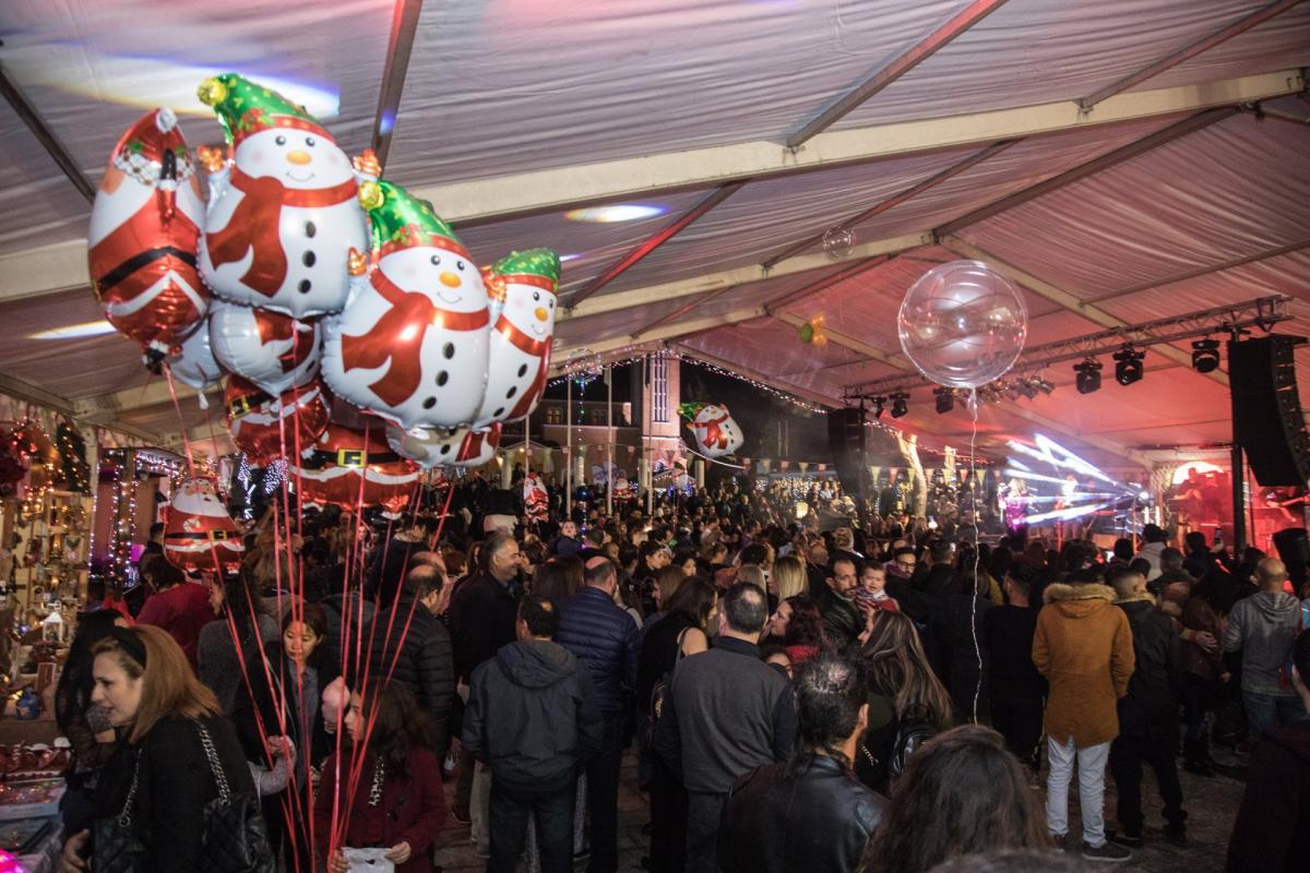 62d632a95fb Έπειτα, o Δήμαρχος Παραλιμνίου και oι επίτιμοι προσκεκλημένοι κάλεσαν τον  κόσμο σε μια αντίστροφη μέτρηση που σήμανε τη φαντασμαγορική φωταγώγηση του  ...