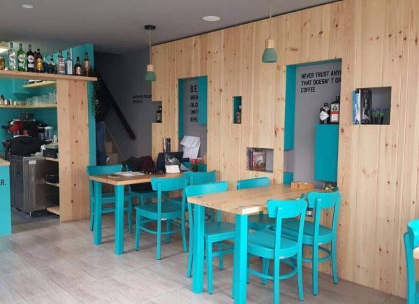 10c0fcfa50 Ένα νέο γωνιακό resto-bar σε χρωματισμούς που θυμίζουν θάλασσα